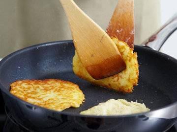 4. Жарим диетические драники в домашних условиях традиционным способом. При наличии сковороды с антипригарным покрытием, постарайтесь обойтись и вовсе без масла.