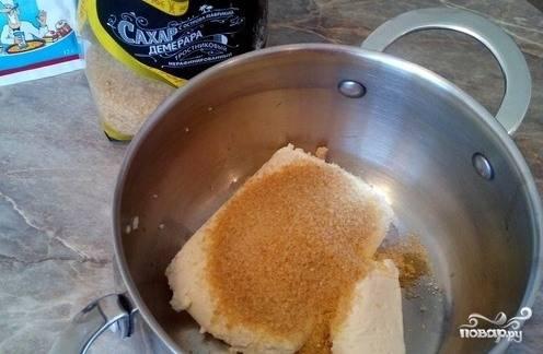 В большую миску или кастрюльку сложите коричневый тростниковый сахар, разрыхлитель и творог. Если вы используете домашний сыр, то тогда он должен быть не сухим, но в то же время не очень жирным.