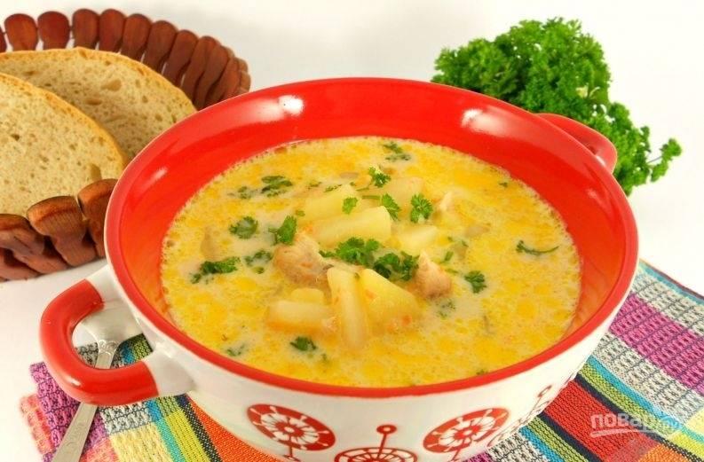 За 5 минут до готовности добавьте в суп перец и измельчённый чеснок. Дайте блюду настояться, подавайте его с зеленью. Приятного аппетита!