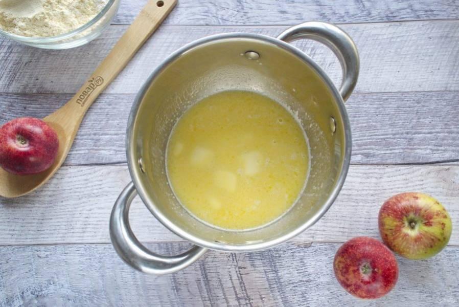 Сливочное масло растопите в горячем молоке, остудите.