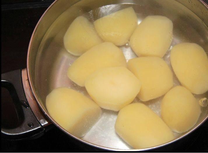 По рецепту, картофель должен находиться в воде с температурой 62 градуса около получаса. По приготовлении сливаем воду.