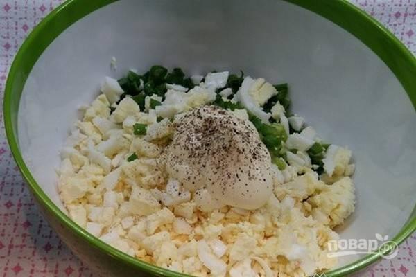 Добавьте в салат майонез, молотый черный перец. Перемешайте салат, если необходимо, посолите по вкусу.