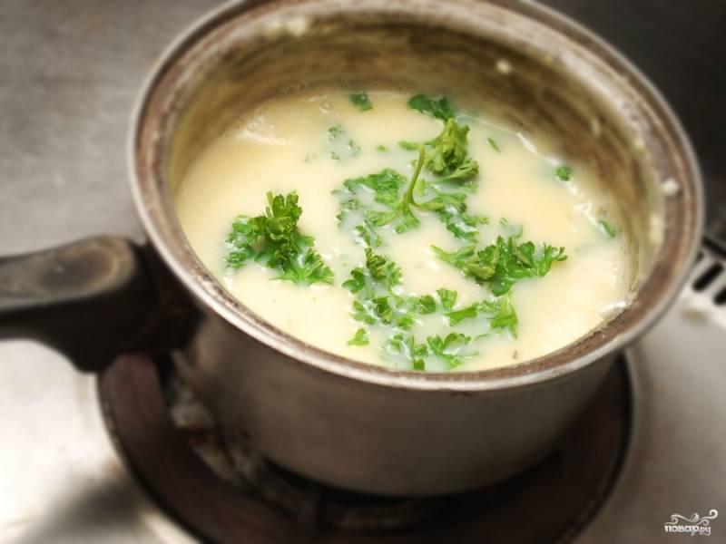 Добавьте в соус свежую зелень.