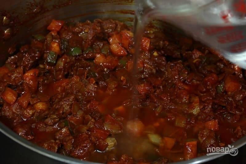 8.Добавьте лавровый лист, соль и молотый перец, влейте немного воды, чтобы она покрыла мясо до середины.
