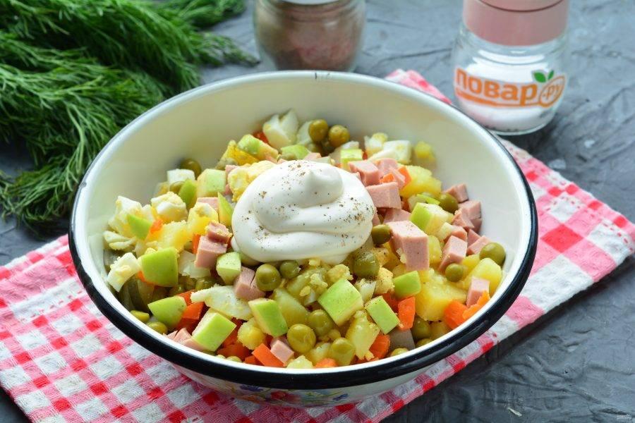 Добавьте соль, черный перец по вкусу, заправьте салат майонезом. Еще раз хорошо перемешайте.