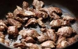 Чаще всего для этого блюда используют мякоть говядины. Но можно брать не только филе и не только говядины. Подойдет любое мясо, пожалуй, кроме куриного. Сначала мясо нужно помыть, обсушить бумажным полотенцем и нарезать порционными кусочками. В толстостенную сковороду наливаем масло, раскаляем его и обжариваем кусочки филе так, чтобы испарилась влага. Можно чуть посолить. Не забываем помешивать и не допускаем пригорания. Когда мясо станет золотистого цвета, перекладываем его в казан или сотейник.