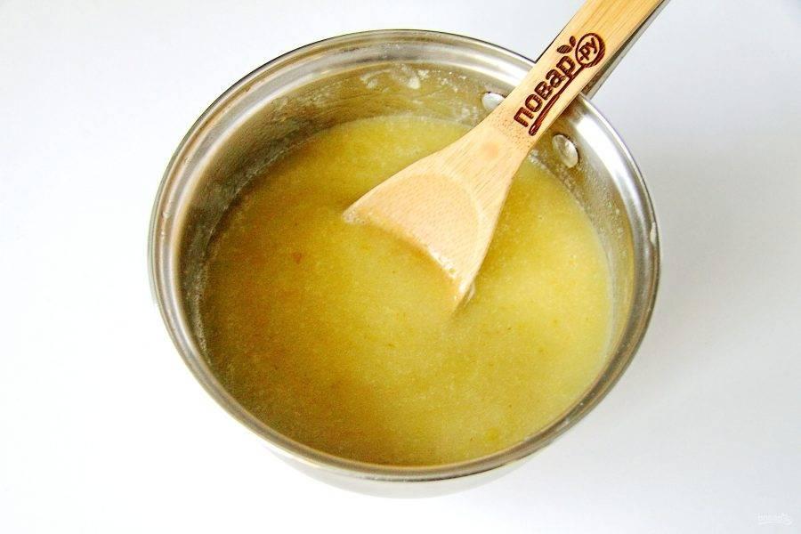 Добавьте в грушевое пюре лимонную кислоту, перемешайте и доведите до кипения. Проварите пюре из груш еще 3-4 минуты.