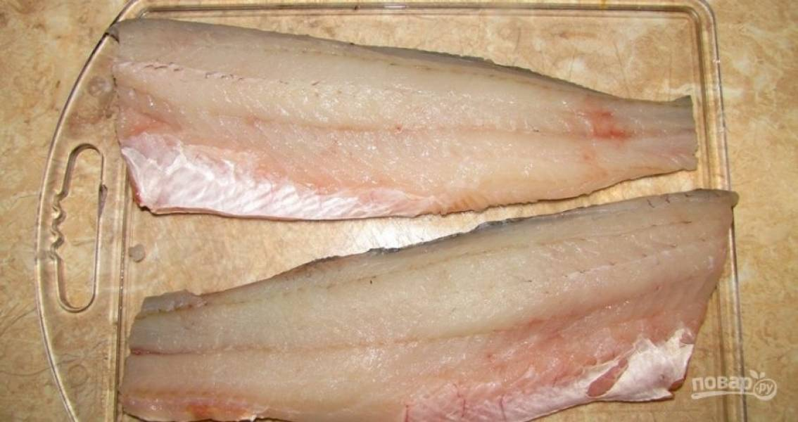1.Возьмите готовое филе или предварительно разберите рыбу, удалив кости. Вымойте рыбу и обсушите ее салфетками.