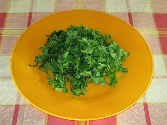 8. Смешав все овощи, заправляем их оливковым маслом и посыпаем сверху зеленью петрушки.