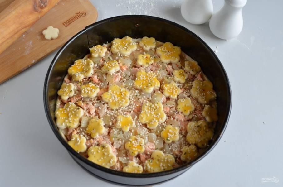 Посыпьте кунжутом и отправьте в горячую духовку на 30 минут, температура — 220 градусов.