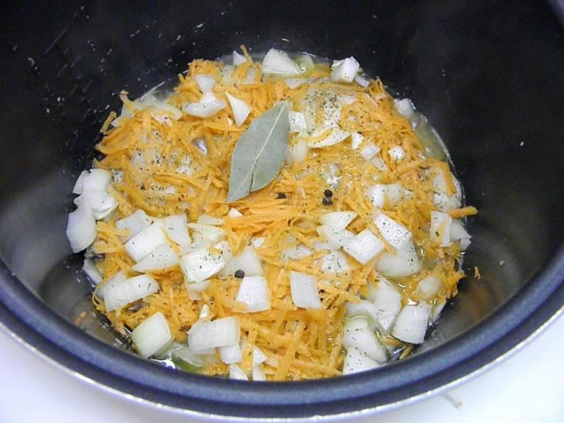 К обжаренному мясу добавьте овощи, специи. Обжарьте все вместе пару минут.