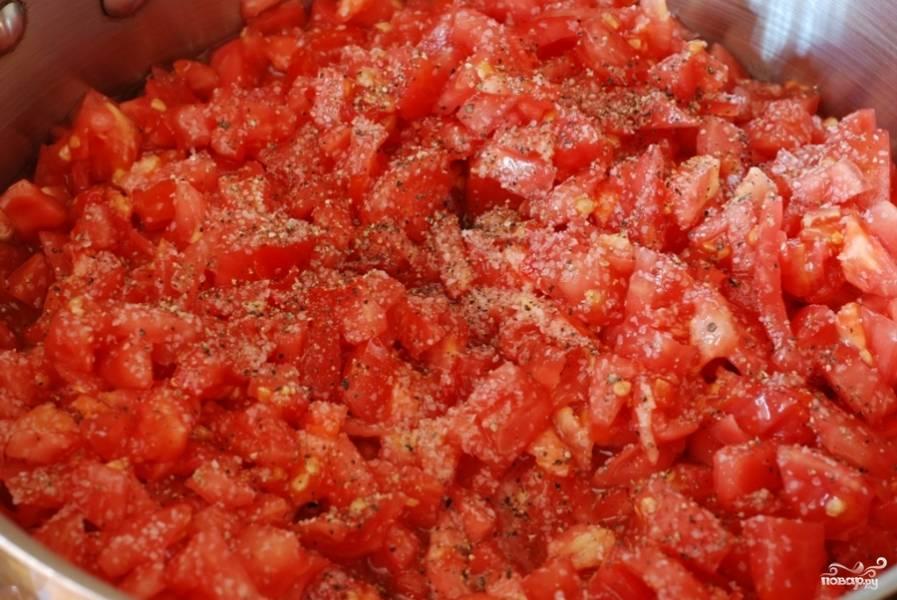 В кастрюле разогреваем немножко оливкового масла, кладем в него помидоры, солим и перчим по вкусу. На среднем огне доводим до медленного кипения.