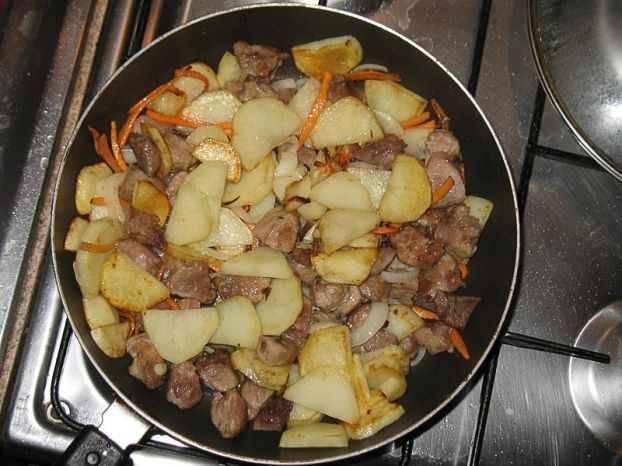 3. Когда картошка уже заметно подрумянится, - докладываем опять мясо к картошке, и готовим, постоянно помешивая, до полной готовности и картошки, и мяса. Солим и перчим уже готовое блюдо.