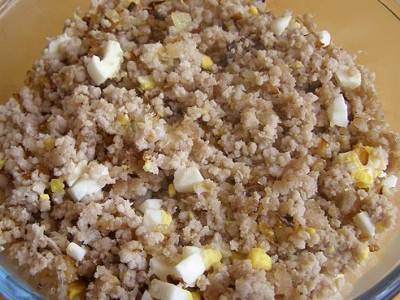 7. Яйца варим и мелко режем. Добавляем лук и яйца в фарш и хорошенько перемешиваем, добавляем соль и перец по вкусу.
