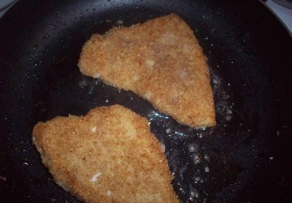 4. Обваляв в панировочных сухарях отправляем на сковороду жариться. Жарим с двух сторон до появления легкого золотистого цвета.