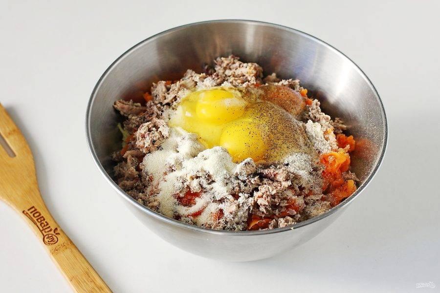 Добавьте сюда же манку и яйца. Все посолите и поперчите по вкусу.