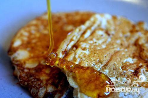 4. Готовые оладьи выложить в разогретую духовку и держать в тепле до подачи на стол. Подавать оладьи с кленовым сиропом, медом или простым йогуртом.
