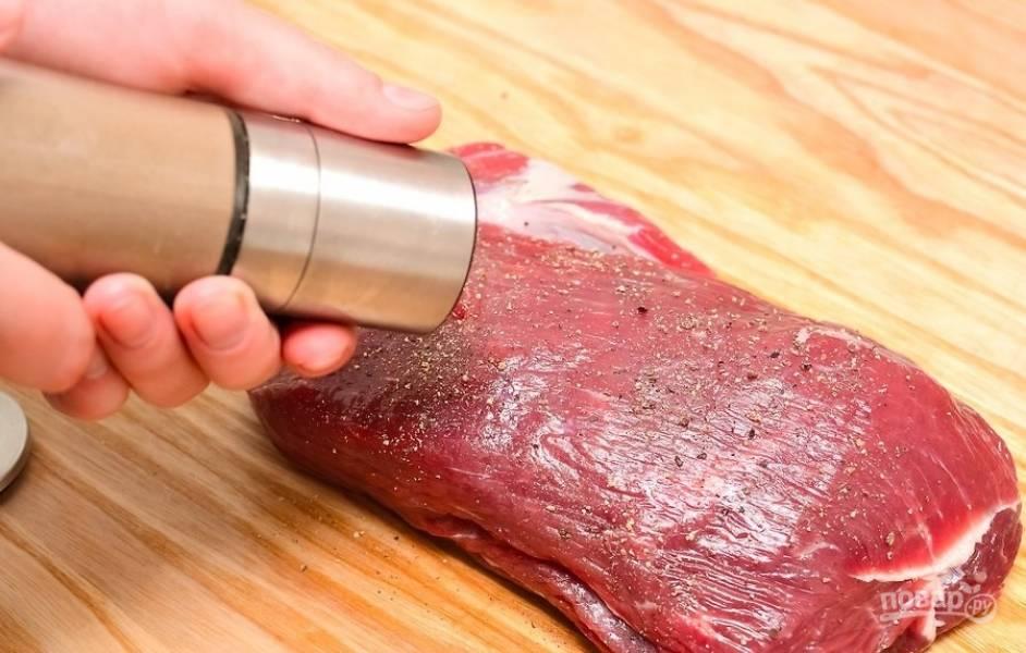 4.Посолите и поперчите мясо со всех сторон.