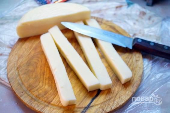 2. Сыр нарежьте небольшими брусочками. Если у вас сулугуни в палочках, то каждую разрежьте пополам.