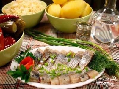 4. Готовую рыбу нарезаем небольшими кусочками и подаем к столу с зеленью и луком. Для того, чтобы хранить ее в холодильнике, смазываем растительным маслом емкость и укладываем туда кусочки, закрываем плотно крышкой и ставим в холодильник.