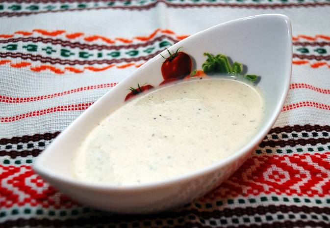 Готовый соус переливаем в специальную посуду и накрываем салфеткой.