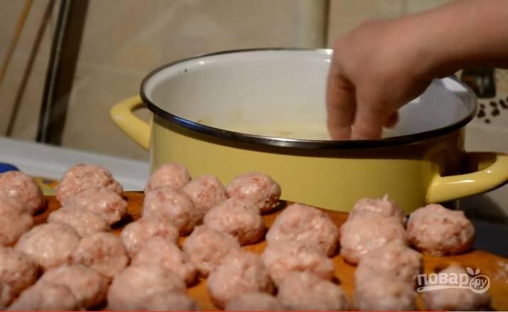 5. Когда картофель будет почти готов, отправьте в кастрюлю зажарку и фрикадельки.