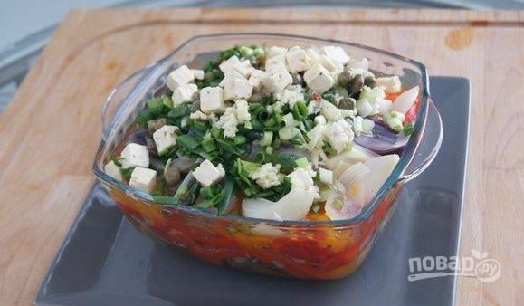 Заправьте салат готовым соусом и перемешайте.