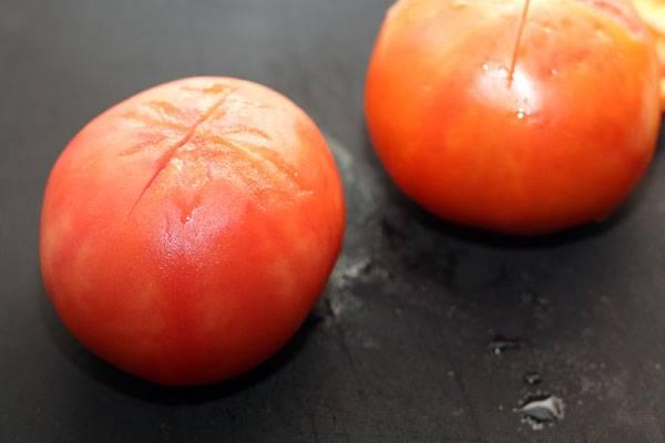 Помидоры ошпариваем кипятком и снимаем с них кожицу. Затем помидоры нарезаем на маленькие кубики или измельчаем блендером. Добавляем к мясу минут через 20 после того, как добавили в мясо воду. Посолите и поперчите мясо.