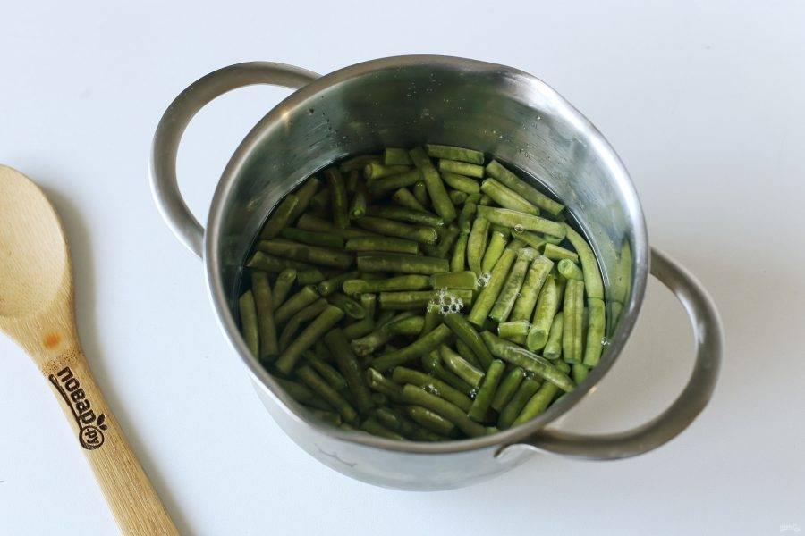 Фасоль отварите в подсоленной воде в течение 5 минут. Затем откиньте на сито, чтобы стекла вся вода.