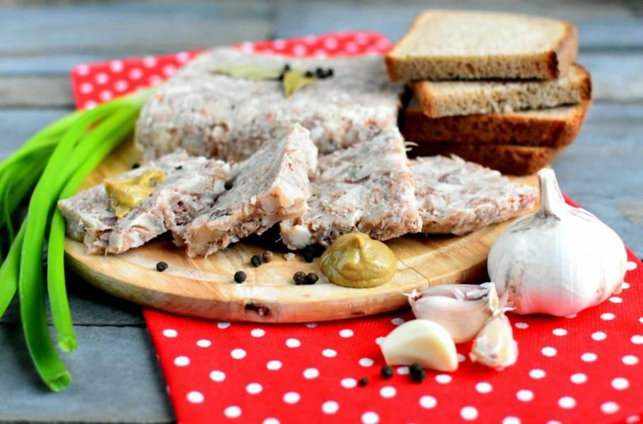 Готовый зельц ароматный и упругий, хорошо режется тонкими ломтиками. Подавайте его с горчицей и черным хлебом.