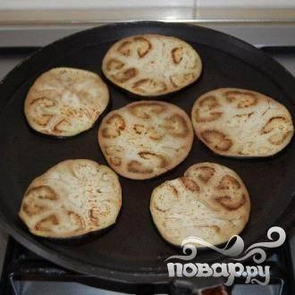 Обжарить баклажаны в сковороде.