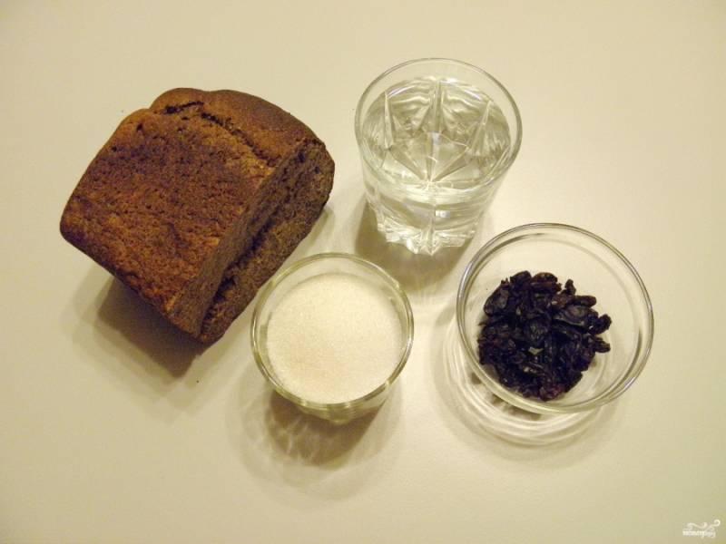 Подготовьте продукты для кваса. Также понадобится чистый трехлитровый бутыль.