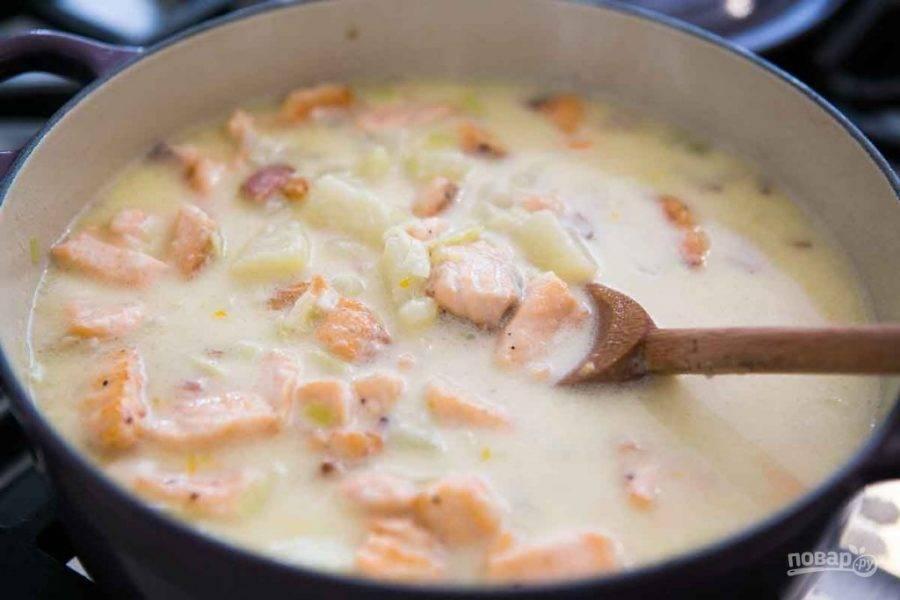 Когда картофель стал мягким, отправьте в сотейник рыбу, добавьте кукурузу, проварите 5 минут. Затем снимите с огня, добавьте сливки и лимонную цедру. Подавайте суп теплым.