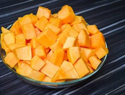 """1. Этот вариант, как приготовить суп-пюре из тыквы для детей, можно смело отнести к категории """"на скорую руку"""". Минимум хлопот — и удивительный результат. Итак, тыкву очистите от семян и кожуры, нарежьте средними кубиками."""