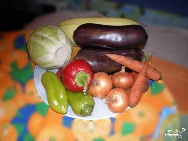 Приготовим все овощи. Хорошенько их промоем и нарежем кубиками.