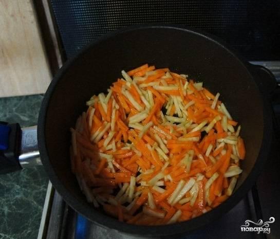 4. Слегка потомите на сковороде с небольшим количеством масла корень сельдерея и морковь. Как только овощи станут мягкими, выключайте.