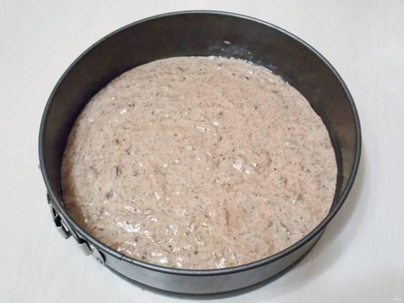 Разъемную форму диаметром 22 сантиметра смажьте растительным маслом. Переложите в нее тесто и разровняйте.