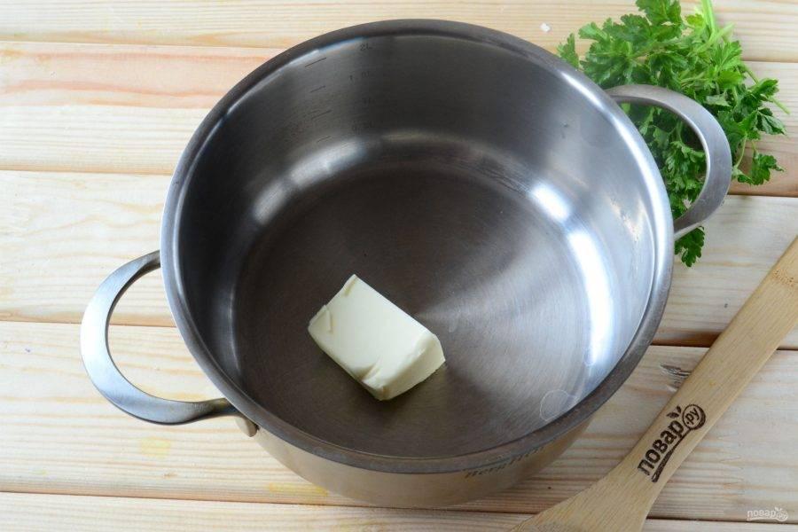 В кастрюльке растопите сливочное масло.