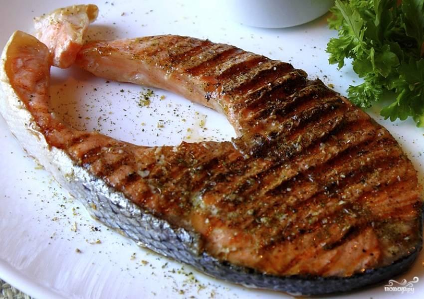 Вся красная рыба готовится быстро, так что успевайте подготовить гарнир. Это могут быть свежие или запеченные овощи, печеный картофель, зелень и многое другое. Отдельно или в самом конце можно еще положить на решетку кольца репчатого лука. Эх, каждый день бы так!
