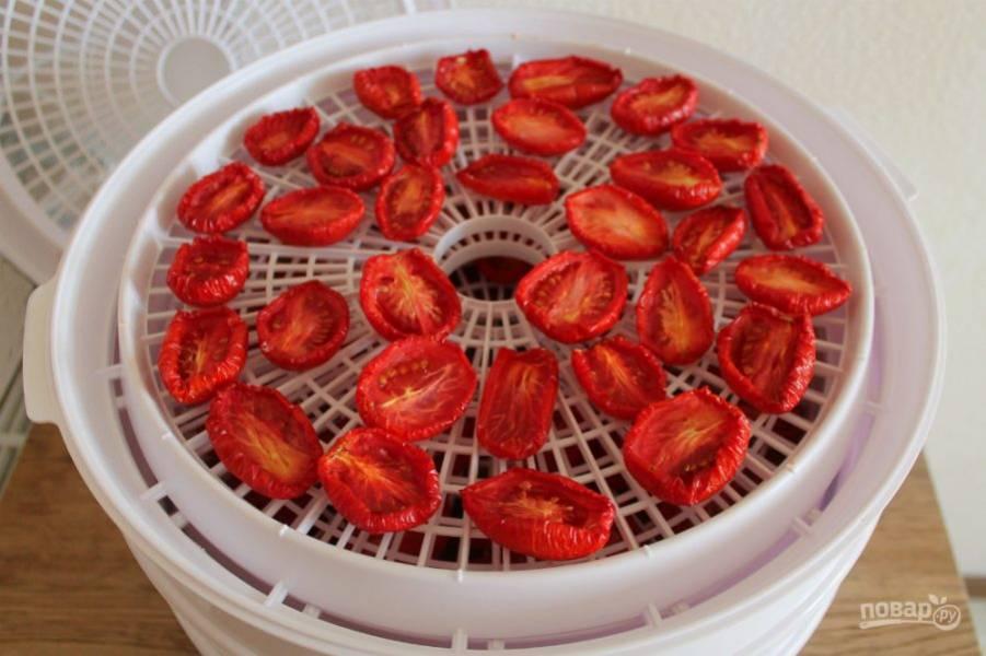 Через 6 часов помидоры уже вяленые, но из них еще выделяется сок при нажатии. Продолжаем готовить.