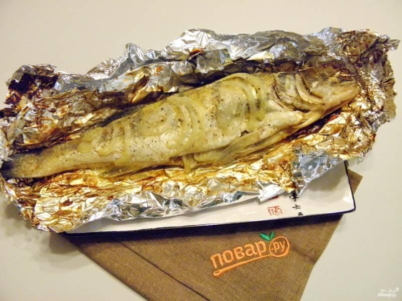 Готовую рыбку осторожно переместите на блюдо и украсьте по вкусу. Приятного аппетита!