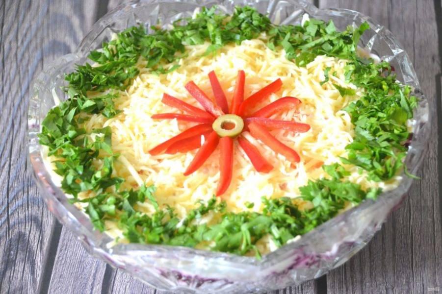 Украсьте салат зеленью, можно выложить цветок из порезанного на полоски болгарского перца. Дайте салату настояться 1-2 часа и можно подавать к столу. Салат получился нарядным и гармоничным по вкусу, подойдет и для будничного или для праздничного стола.