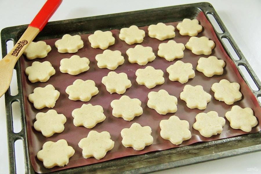 Переложите печенье на противень, застеленный пергаментом или силиконовым ковриком, и выпекайте при 210 градусах около 10-15 минут.