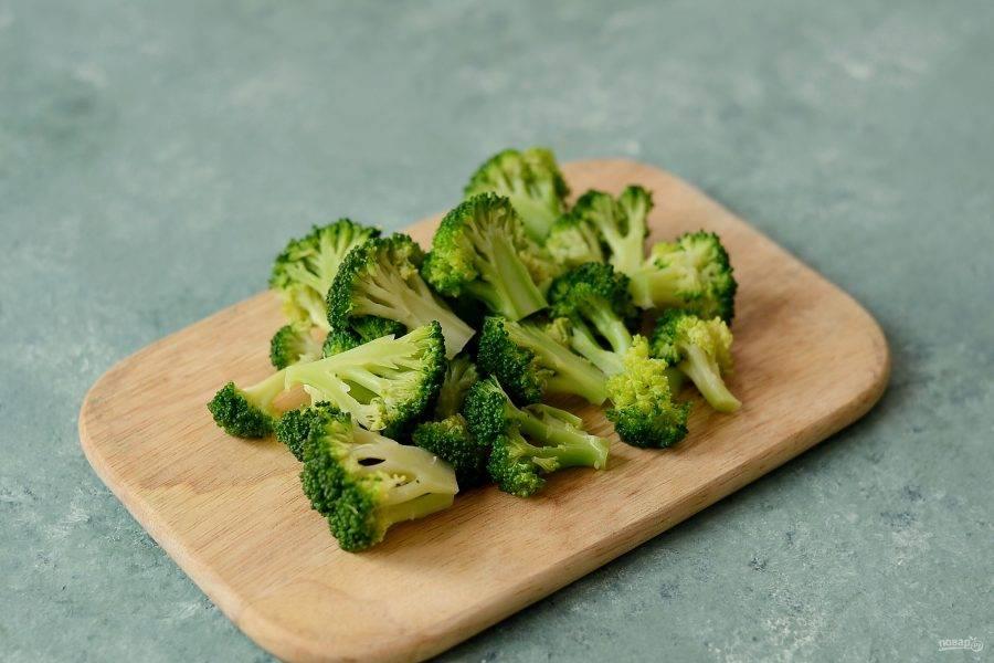 Нарежьте брокколи на небольшие ломтики.