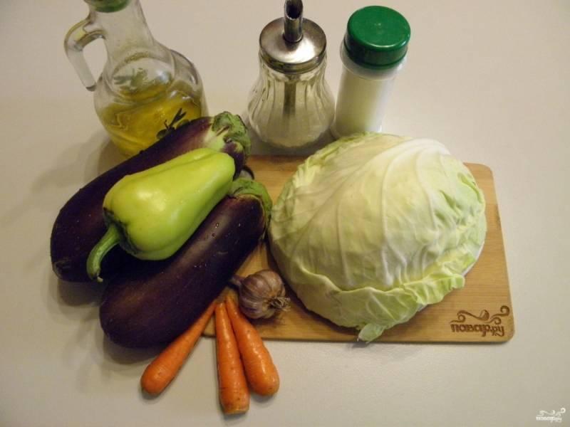 Приготовьте овощи, вымойте тщательно, очистите морковь, удалите семена из перца сладкого. Уксус и зелень понадобятся в самом конце. Простерилизуйте баночки и крышки.