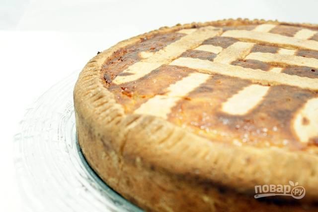 12.Выпекайте пирог в предварительно разогретой до 180 градусов духовке в течение 45-50 минут. Готовому пирогу дайте немного остыть, а затем обсыпьте сахарной пудрой.
