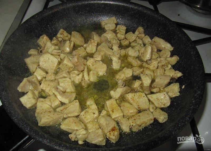 Затем в сковороду влейте воду, добавьте соль и карри (0,5 чайной ложки). Тушите грудку 10 минут на медленном огне.