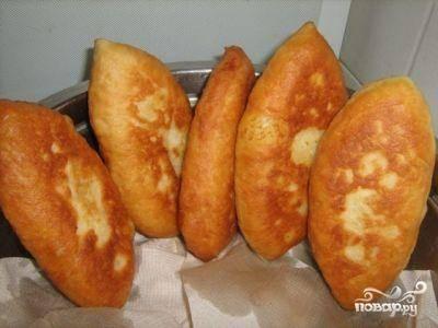 Готовые пирожки выкладываем на бумажные полотенца, чтобы стек жир. Все - вкусненькие и не очень жирные пирожки с картошкой готовы :)