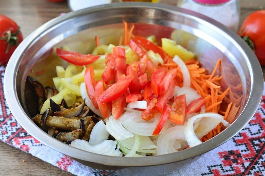 Смешайте в миске обжаренные баклажаны и все нарезанные овощи.