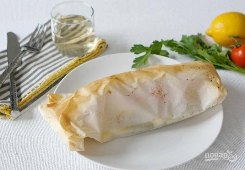6. Запекайте рыбу с овощами в пергаменте около 18-20 минут. Последние несколько минут можно развернуть конвертик и подрумянить. Перед подачей дополните блюдо свежей зеленью. Приятного аппетита!